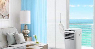 Salon équipé d'un climatiseur mobile